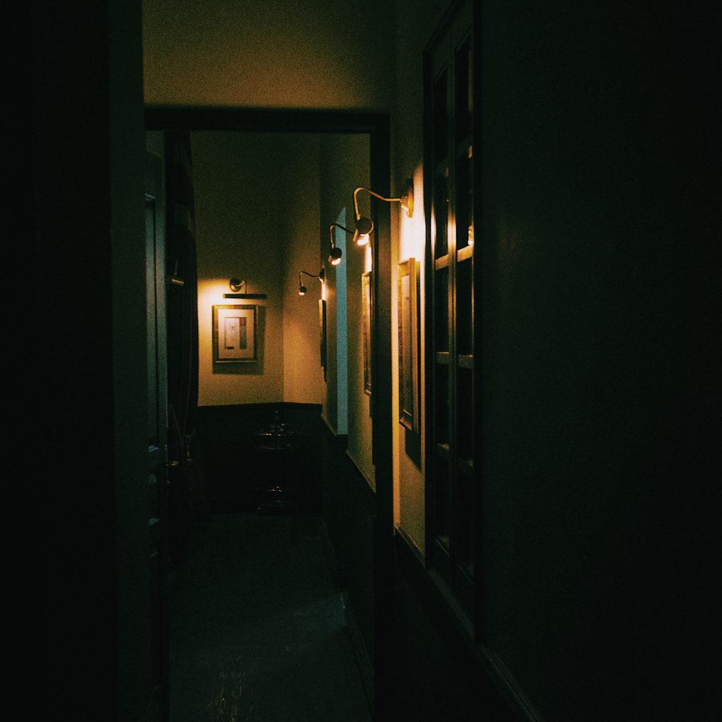Les couloirs n'ont pas grand chose de rassurant ! Credits : Hauntu