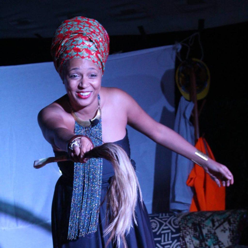 Maïmouna en pleine performance, debout, en intéraction avec le public - Baba Segi